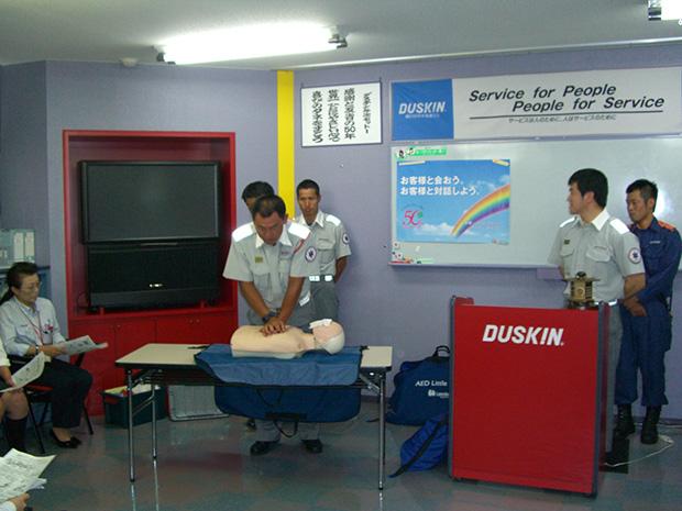 消防隊員の方より心臓マッサージやAEDの使い方の事前説明がありました。